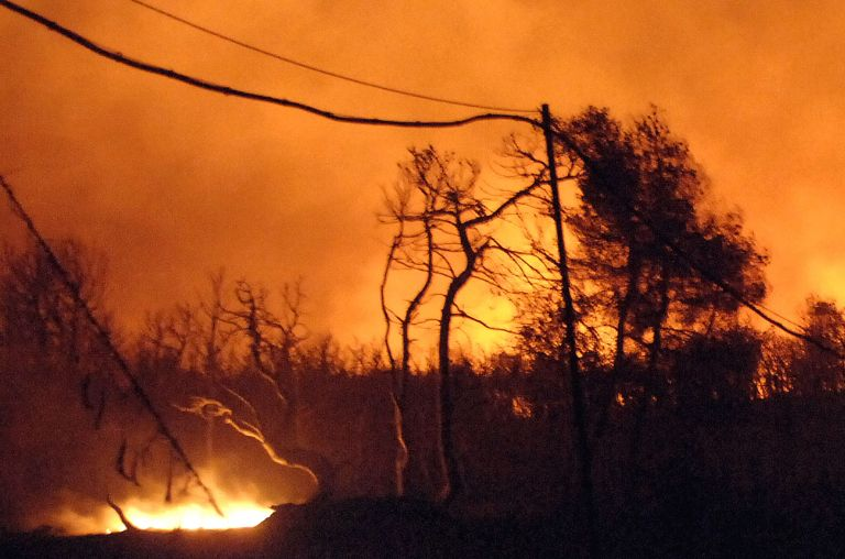 Υπό πλήρη έλεγχο η φωτιά σε Βαρυμπόμπη-Θρακομακεδόνες – Κάηκαν περίπου 10 σπίτια | tovima.gr