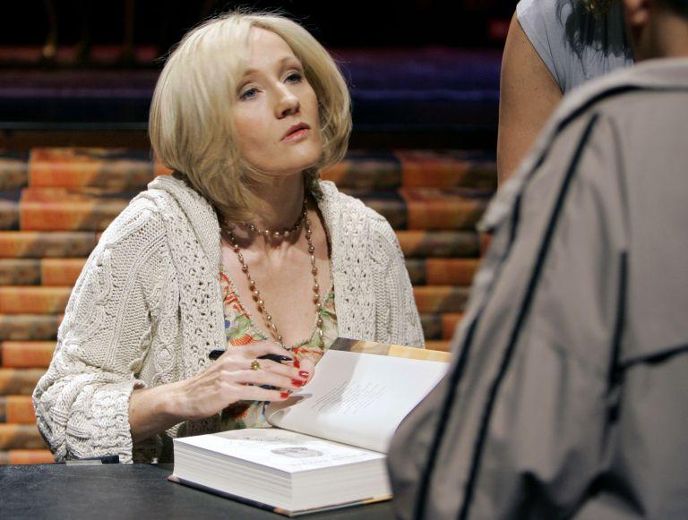 Η Τζ. Κ. Ρόουλινγκ επιστρέφει με μυθιστόρημα για ενήλικες | tovima.gr