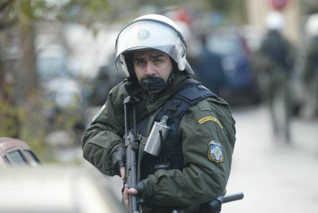 Συνέλαβαν δραπέτη που έκρυβε οπλοστάσιο στο σπίτι του | tovima.gr