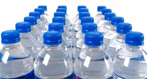 Μικροσκοπικά κομματάκια πλαστικού περιέχουν πολλά εμφιαλωμένα νερά | tovima.gr