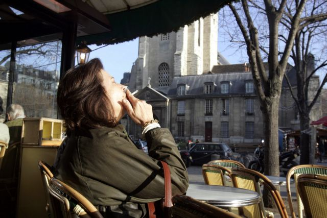 Παρίσι: Πρόστιμο 68 ευρώ σε όσους πετούν τα αποτσίγαρά τους στον δρόμο | tovima.gr