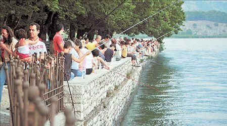 Μικροί και μεγάλοι ψαρεύουν στην Παμβώτιδα | tovima.gr