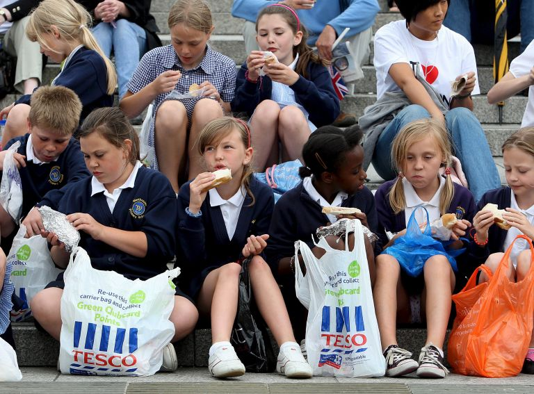 Αγγλία: Ένας στους δύο δασκάλους ταΐζει πεινασμένους μαθητές | tovima.gr