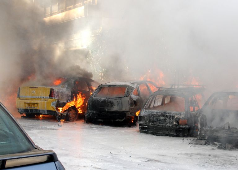 Πειραιάς: Εμπρηστική επίθεση σε τέσσερα ΙΧ στο λιμάνι | tovima.gr