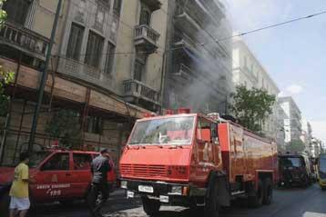 Φωτιά σε τριώροφο κτίριο στην Ομόνοια-Δύο πυροσβέστες τραυματίστηκαν   tovima.gr