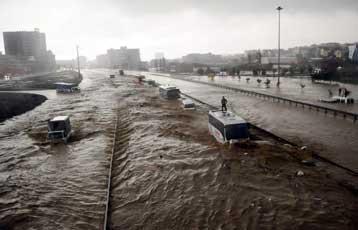 Τους 30 έφτασαν οι νεκροί από τις πλημμύρες στη βορειοδυτική Τουρκία   tovima.gr