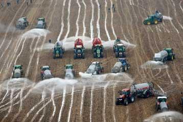 Παράταση των ενισχύσεων για αγρότες και παραγωγούς γαλακτομικών ζητά η Ευρωβουλή | tovima.gr
