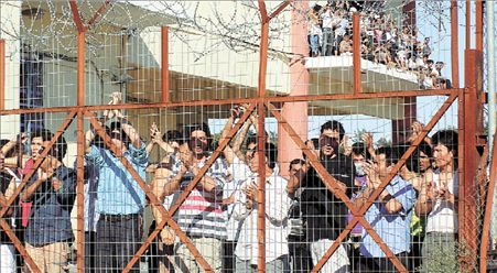 Εξέγερση κρατουμένων μεταναστών στη Λέσβο   tovima.gr