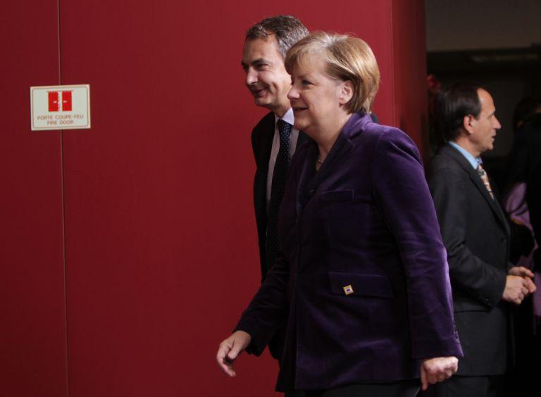 Επισφαλής φαίνεται να είναι σύμφωνα με τις δημοσκοπήσεις η υποστήριξη για το συνασπισμό που θέλει να σχηματίσει η Μέρκελ | tovima.gr