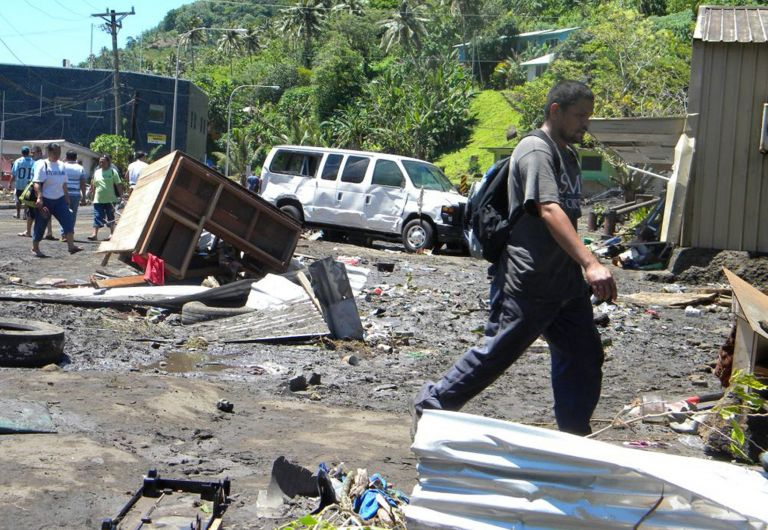 Τουλάχιστον 100 άτομα τα θύματα από το τσουνάμι που σάρωσε χθες πολλά χωριά  στα νησιά Σαμόα | tovima.gr