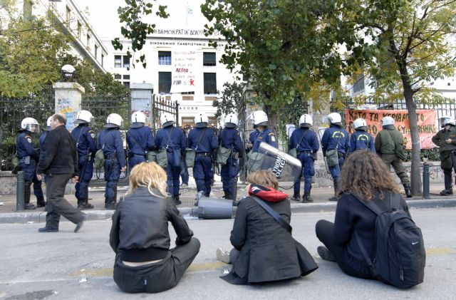 Ενταση στην ΑΣΟΕΕ μεταξύ νεαρών και αστυνομικών | tovima.gr