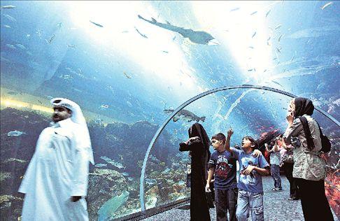 Διαρροή στο ενυδρείο του Dubai Μall | tovima.gr
