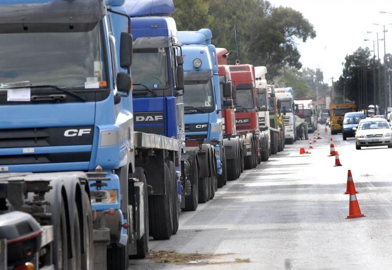 Οι ιδιοκτήτες φορτηγών άνοιξαν το ρεύμα καθόδου της Λεωφόρου Αθηνών | tovima.gr