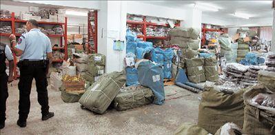 804b21732d Μια από τις μεγαλύτερες αποθήκες με απομιμήσεις επώνυμων προϊόντων βρέθηκε  χθες σε κτίριο της οδού Κολωνού 16 στο Μεταξουργείο. Κλιμάκια της ΕΛ.