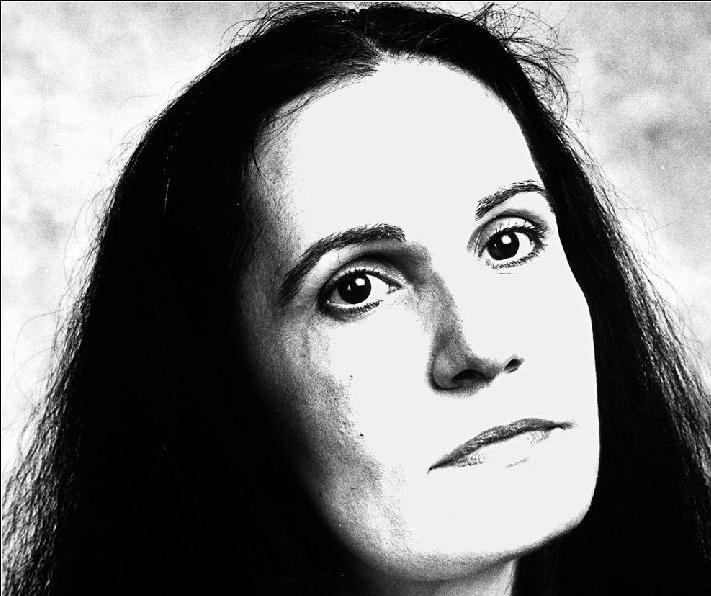 Τζένη Μαστοράκη: «Τους ξένους τους φοβάμαι όταν ψάχνουν τα σκουπίδια μας» | tovima.gr