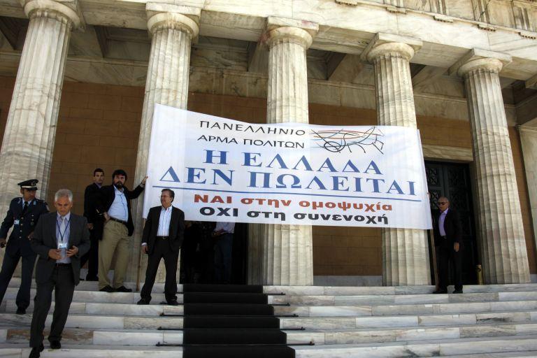 Ενταση για πανό που σήκωσε έξω από τη Βουλή ο κ. Δημαράς | tovima.gr