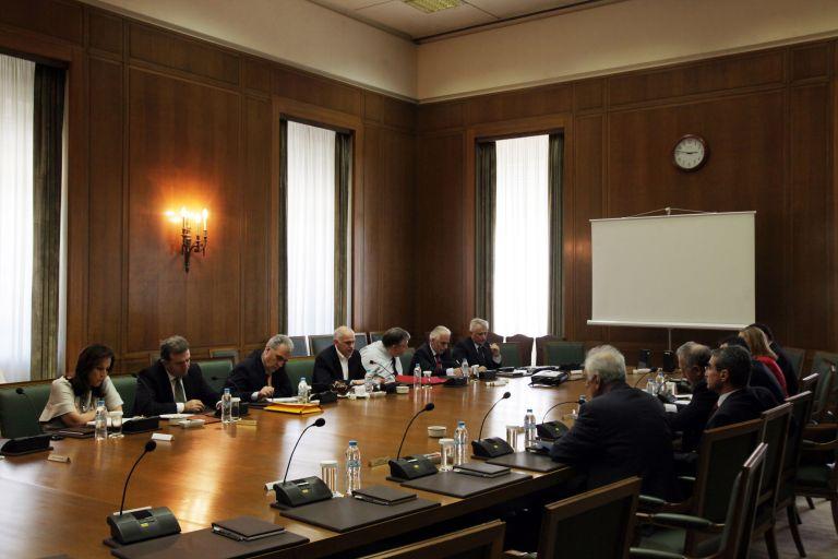 Απολύσεις και περικοπή συντάξεων αποφάσισε η κυβερνητική Επιτροπή | tovima.gr