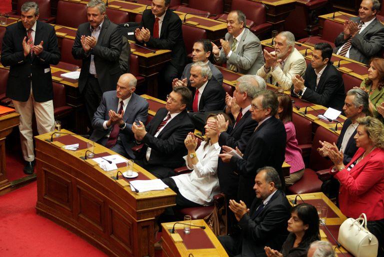 Με συναίνεση στα άρθρα ψηφίστηκε ο εφαρμοστικός νόμος | tovima.gr