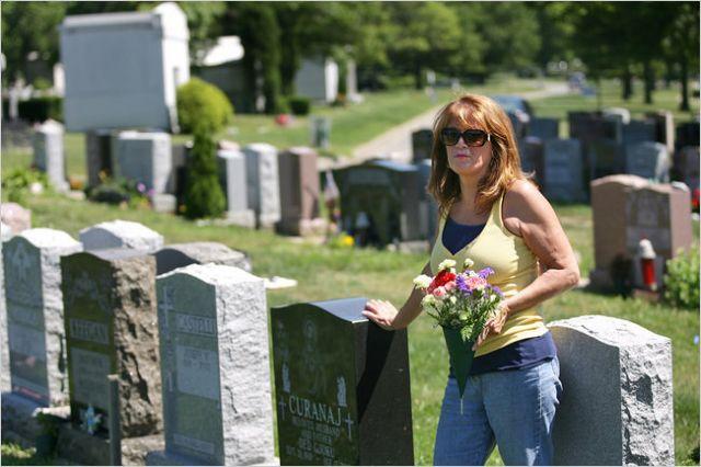Νέο επάγγελμα στην εποχή της κρίσης: επισκέπτρια… τάφων! | tovima.gr