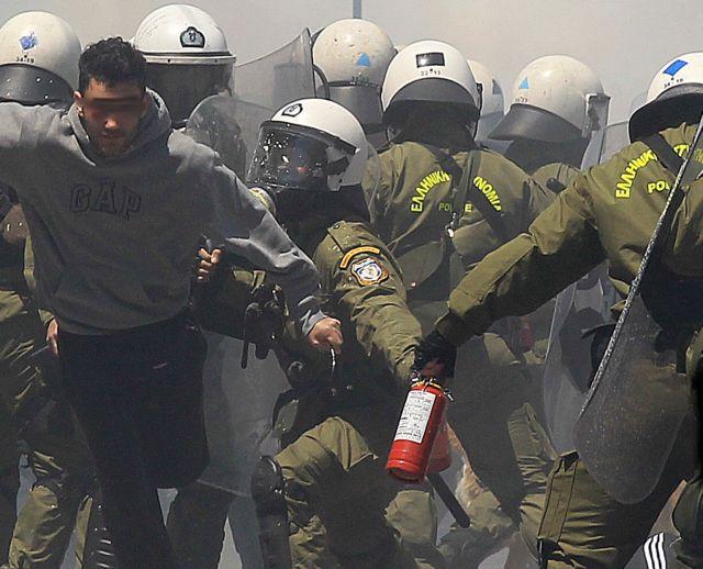 Ντοκουμέντο: Η επίθεση με πυροσβεστήρες των ΜΑΤ κατά διαδηλωτών | tovima.gr