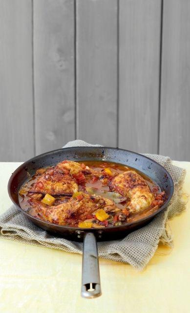 Μπουτάκια κοτόπουλου με μαυροδάφνη, πιπεριές και μανιτάρια   tovima.gr