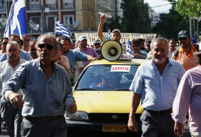Σιγή ασυρμάτου από τους ιδιοκτήτες ταξί εν αναμονή της συζήτησης στη Βουλή   tovima.gr