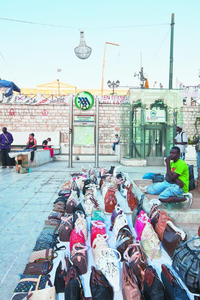 Εντοπίστηκαν αποθήκες με προϊόντα «μαϊμού» στην Αθήνα | tovima.gr