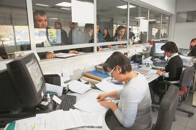 Ανάσα από τη μείωση της προκαταβολής φόρου | tovima.gr