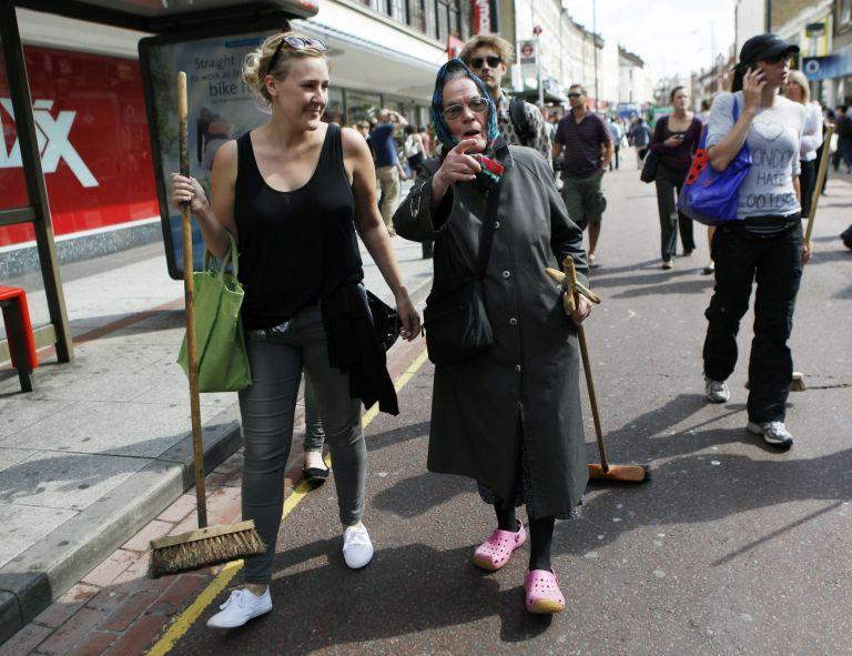 Με τις σκούπες ανά χείρας οι Λονδρέζοι για τον καθαρισμό της πόλης τους από τα επεισόδια   tovima.gr