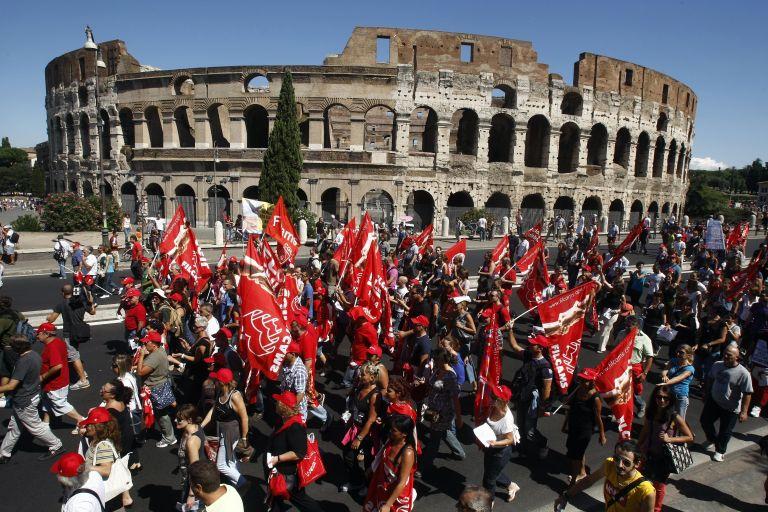 Ιταλοί στους δρόμους κατά των αυτοκτονιών και της κρίσης | tovima.gr
