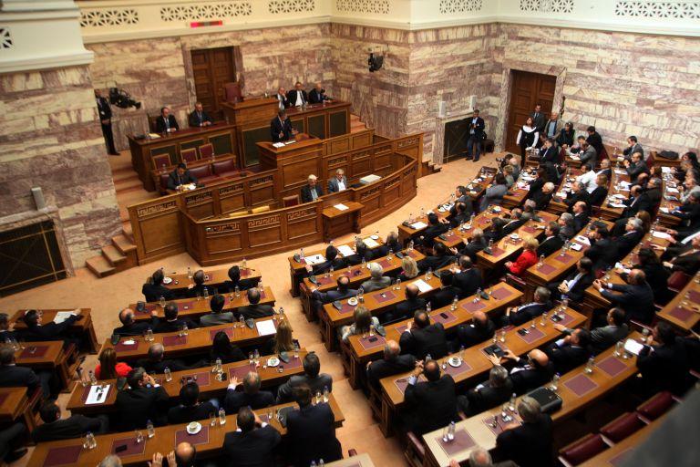 Η 6η δόση εκκρεμεί, αλλά 13,5 εκατ. ευρώ πάνε στα κόμματα | tovima.gr