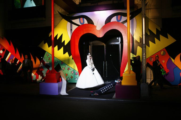 Ο «κόσμος» της Gaga στα Barneys | tovima.gr