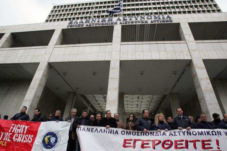 Συνδικαλιστές στα Σώματα Ασφαλείας συγκεντρώθηκαν έξω από το Μαξίμου | tovima.gr