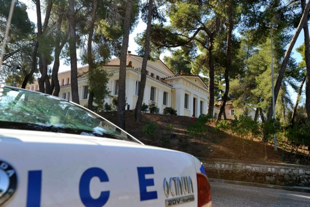 Special Police Guard runs over elderly woman, commits suicide | tovima.gr