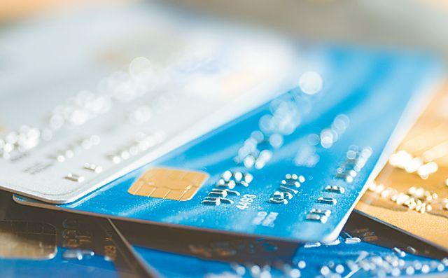 ΙΟΒΕ : Χάνουμε 2 δισ. ευρώ στα έσοδα ΦΠΑ από τη μειωμένη χρήση καρτών   tovima.gr