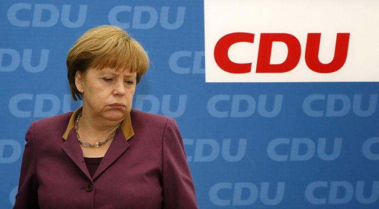 Στο ναδίρ η δημοτικότητα του κόμματος Μέρκελ μετά την εκλογική πανωλεθρία | tovima.gr