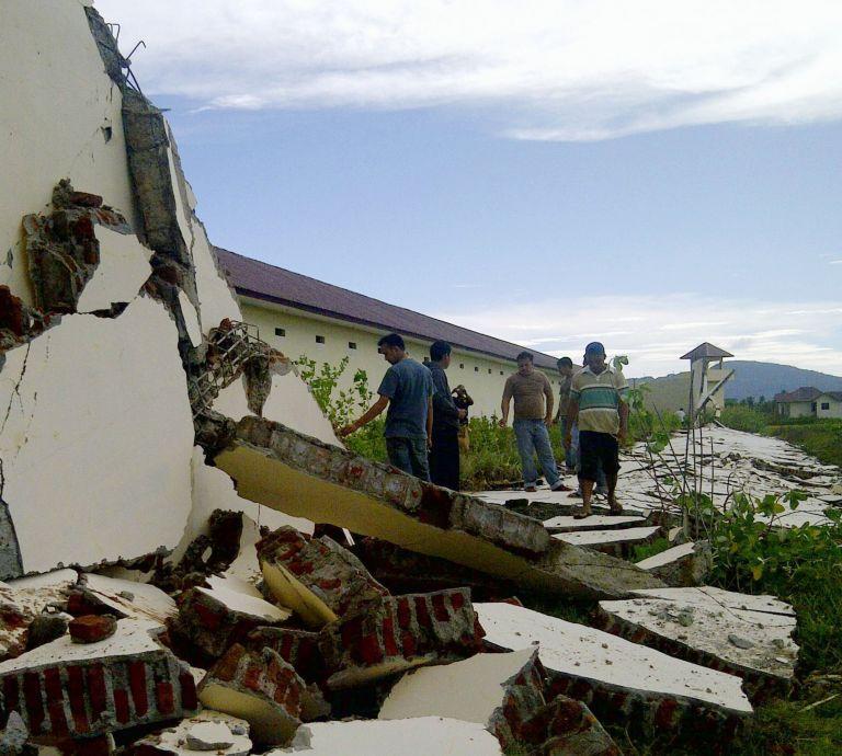 Ισχυρές σεισμικές δονήσεις τρομοκράτησαν την Ινδονησία   tovima.gr