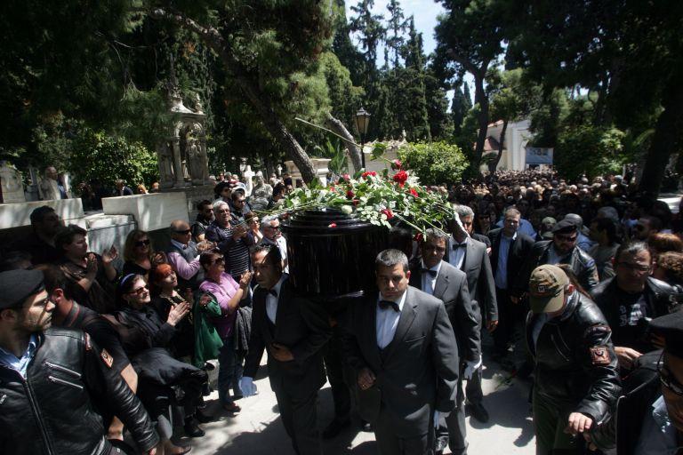 Χιλιάδες κόσμου στο τελευταίο αντίο του Δημήτρη Μητροπάνου | tovima.gr
