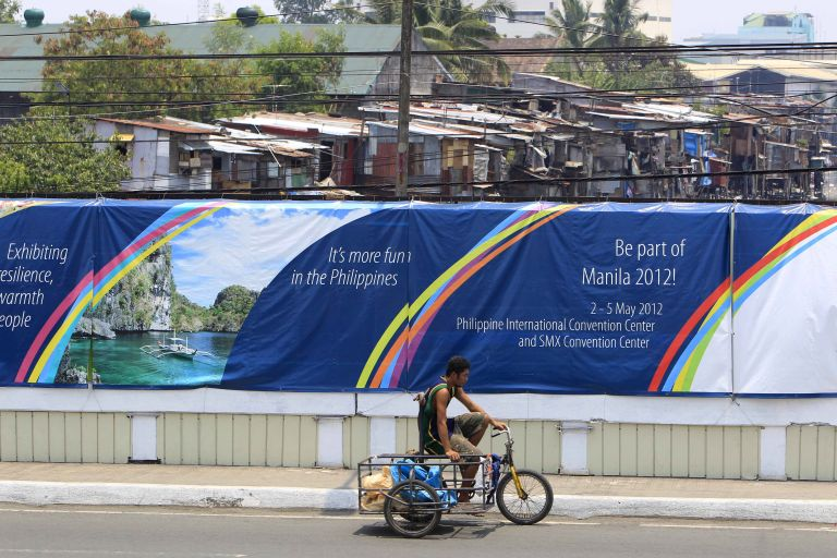 Φιλιππίνες: Υψωσαν τείχος για να κρύψουν τις παραγκουπόλεις | tovima.gr