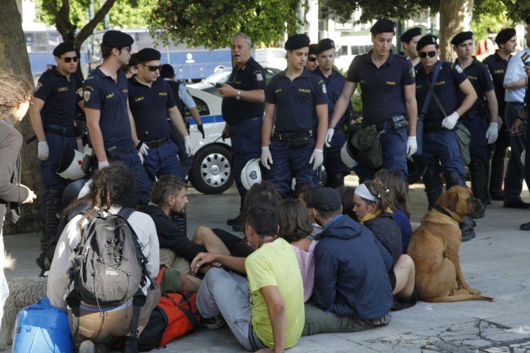 Μικροεπεισόδια στο Σύνταγμα με απόμακρυνση ομάδας ακτιβιστών   tovima.gr