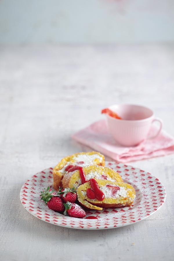 Αφράτο ρολό με κρέμα τυριών και φράουλες   tovima.gr