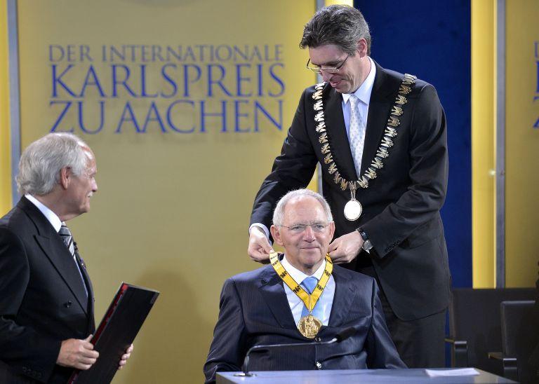 Το βραβείο Καρλομάγνου στον Β. Σόιμπλε και στη δημοσιογράφο Ε. Μακρή | tovima.gr
