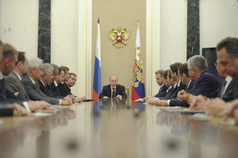 Σε κύκλο «γνωστών και φίλων» του Πούτιν η ρωσική κυβέρνηση | tovima.gr