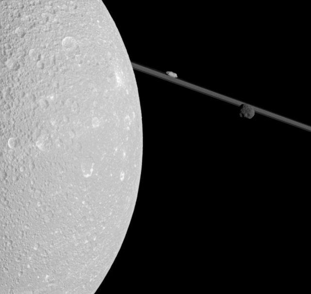 Ζουμ στα φεγγάρια του Κρόνου | tovima.gr