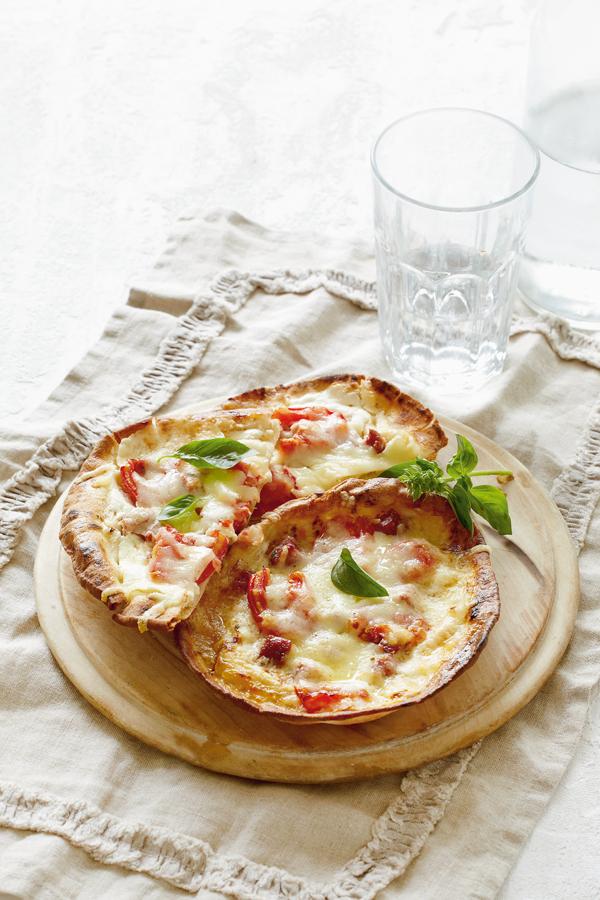 Αραβικές πίτες με κασέρι και λουκάνικο | tovima.gr