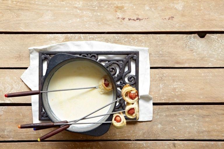 Tραγανά ρολάκια με λουκάνικα και κρέμα λιωμένων τυριών | tovima.gr