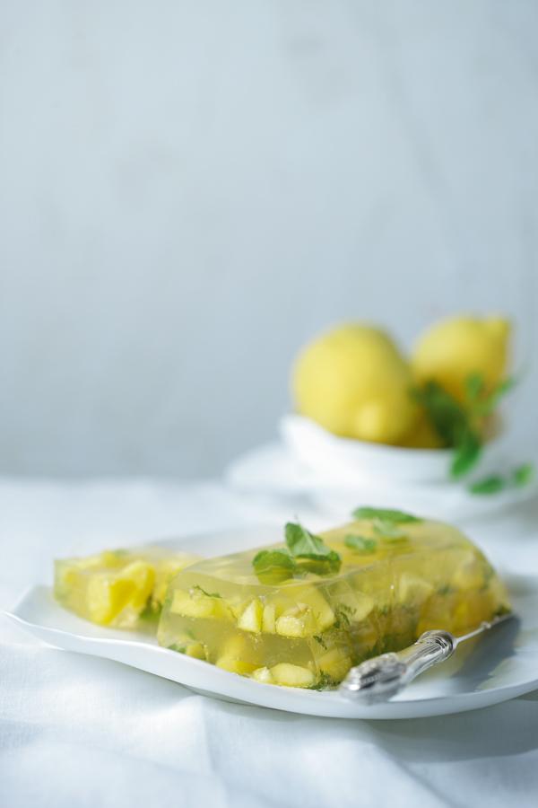 Τερίνα με ζελέ λεμονιού, δυόσμο και νεκταρίνια | tovima.gr
