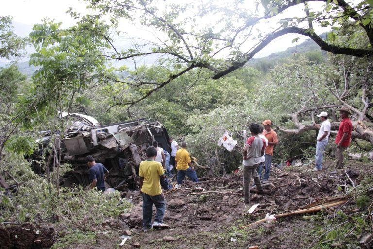 Μεξικό: Λεωφορείο ανατράπηκε και έπεσε σε γκρεμό – 32 οι νεκροί | tovima.gr
