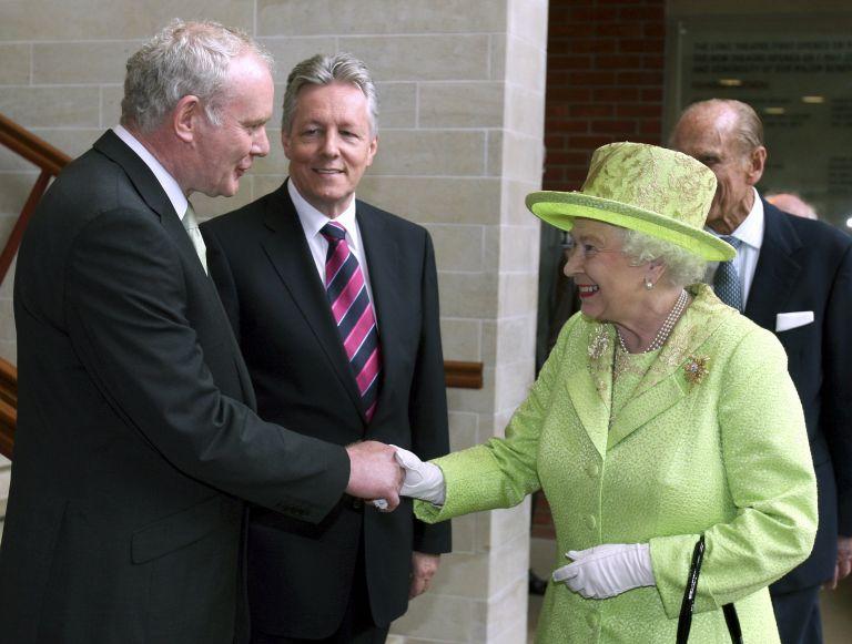 Με χαμόγελα έδωσαν τα χέρια η βασίλισσα κι ο ΙRA | tovima.gr