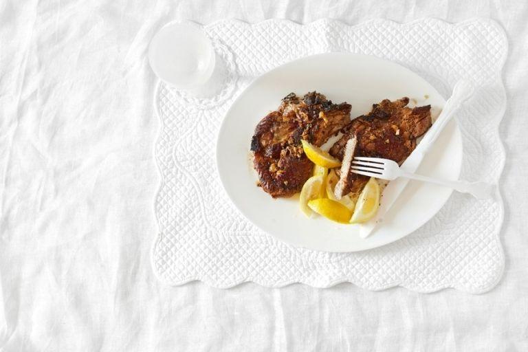 Χοιρινή μπριζόλα με σκόρδο και ούζο | tovima.gr